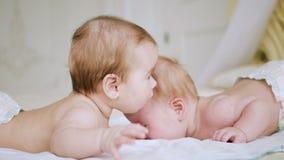 Mensonge de deux soeurs de filles sur le lit clips vidéos