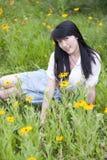 Mensonge de jeunes femmes dans mon sourire Photographie stock
