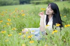 Mensonge de jeunes femmes dans mon sourire Photographie stock libre de droits
