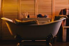 Mensonge de macho nu dans la baignoire avec des jambes et des bras vus images stock