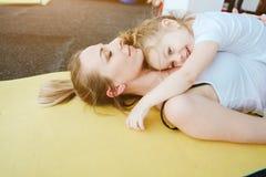 Mensonge de maman et de fille sur le plancher Images stock