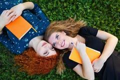 Mensonge de meilleurs amis sur la pelouse Photographie stock