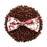 Mensonge de noeud papillon de couleurs de fleur sur le cercle des grains de café d'isolement Photographie stock libre de droits