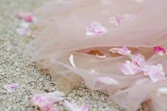 Mensonge de pétales de rose sur la robe de mariage images libres de droits