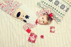 Mensonge de petit garçon sur le lit Photo libre de droits