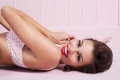Mensonge de pin-up de sourire de fille de beauté Photographie stock