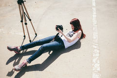 Mensonge de terre de pousse de photographe  Photo libre de droits