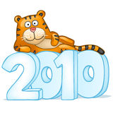 Mensonge de tigre d'amusement sur des chiffres de neige Image stock
