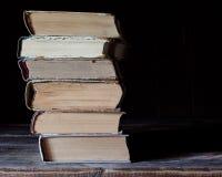 Mensonge de vieux livres sur l'un l'autre Photos libres de droits