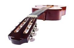 Mensonge diagonalement fretboard de guitare en avant sur le blanc Photo libre de droits