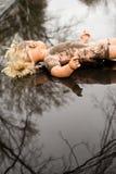 Mensonge en plastique de poupée récepteur dans un magma peu profond Photos stock