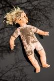 Mensonge en plastique de poupée récepteur dans un magma peu profond Image libre de droits