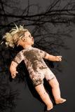 Mensonge en plastique de poupée récepteur dans un magma peu profond Photo stock