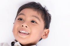mensonge et sourire mignons de garçon de visage petit Photo libre de droits