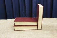Mensonge et support de livres sur la table Photo stock