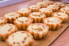Mensonge fraîchement cuit au four de petits pains sur le plateau en bois Image stock