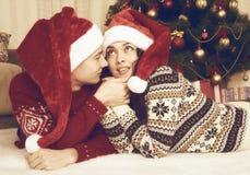 Mensonge heureux de couples près d'arbre et de décoration de Noël à la maison Vacances d'hiver et concept d'amour jaune modifié l Photographie stock libre de droits