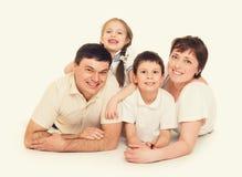 Mensonge heureux de famille, concept heureux Photographie stock libre de droits
