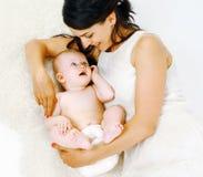 Mensonge heureux de maman et de bébé Image libre de droits