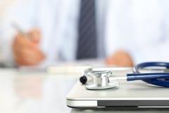 Mensonge médical de stéthoscope sur le plan rapproché fermé de PC Image stock