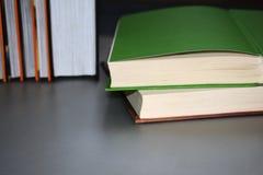 Mensonge multicolore de livres sur une table grise photographie stock