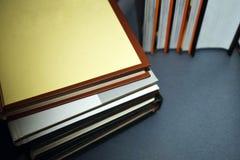 Mensonge multicolore de livres sur une table grise photos libres de droits