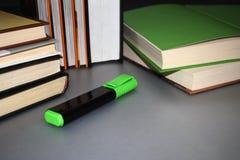 Mensonge multicolore de livres sur une table grise image stock