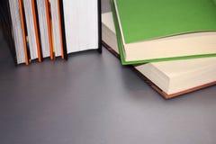 Mensonge multicolore de livres sur une table grise photo libre de droits