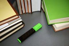 Mensonge multicolore de livres sur une table grise images libres de droits