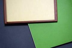 Mensonge multicolore de livres sur une table grise images stock