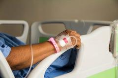 Mensonge patient en difficulté sur le lit dans l'hôpital Image libre de droits