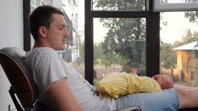 Mensonge pleurant de bébé nouveau-né sur le recouvrement d'un homme banque de vidéos