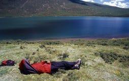 Mensonge près du lac Images libres de droits