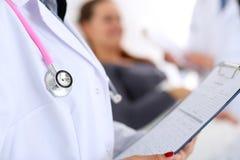 Mensonge principal de stéthoscope sur le coffre de docteur Images stock