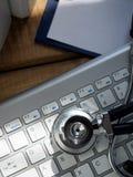 Mensonge principal de stéthoscope sur le plan rapproché argenté de clavier Photo libre de droits
