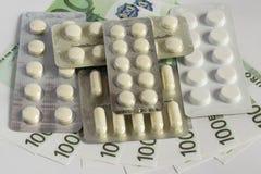 Mensonge rond de comprimés sur l'euro Une valeur monétaire de cent euros sur un fond clair de fond Photo libre de droits