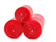 Mensonge rouge de trois bougies de cire sous forme de pyramide d'isolement sur un fond blanc images stock