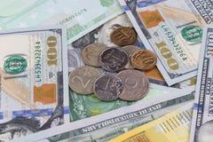 Mensonge russe de pièces de monnaie sur des billets de banque Photos libres de droits