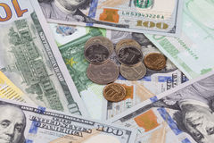 Mensonge russe de pièces de monnaie sur des billets de banque Photographie stock libre de droits