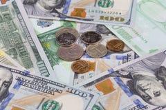 Mensonge russe de pièces de monnaie sur des billets de banque Photos stock