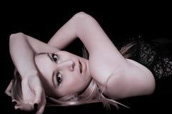 Mensonge sexuel de fille Photographie stock libre de droits