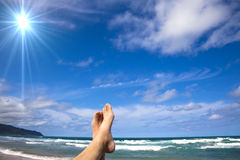 Mensonge sur la montre de plage mes pieds Photographie stock libre de droits