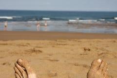 Mensonge sur la plage Image libre de droits