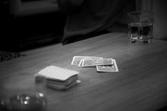 Mensonge sur la table à côté des verres Image stock