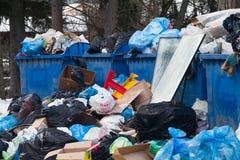 Mensonge sur les déchets de rue dans des récipients et autour Image libre de droits