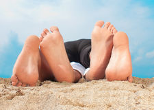 Mensonge sur une plage sablonneuse Images stock