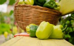 Mensonges verts de poivron doux sur un banc en bois photographie stock