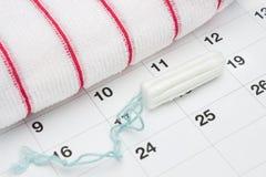 Menstruatie sanitaire zachte katoenen witte tampon, badstofhanddoek en een kalender Vrouwen kritieke dagen, gynaecologische menst stock afbeeldingen