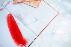 menstruatie Vult voeringen, tampons en kalender met rode dagen op een witte achtergrond op stock afbeelding