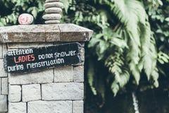 Menstruation unterzeichnen herein den Dschungel von Bali-Insel Damen duschen nicht während der Menstruation stockbilder